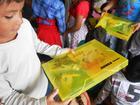 Crianças com os kits Ideia Fixa pela 'Educação e Cultura e Sorria para o Rally' (Divulgação)
