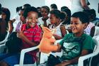 Crianças com os bichos de pelúcia (Lucas Carvalho/Photo Action)