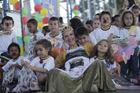 As crianças agradecidas com a ação realizada durante o rali no ano passado (Lucas Carvalho/Photo Action)
