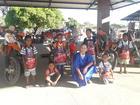 Garotos e a personagem Santa Paciência com as motocicletas do Rally Baja Jalapão (Silvana Grezzana/Sigcom)