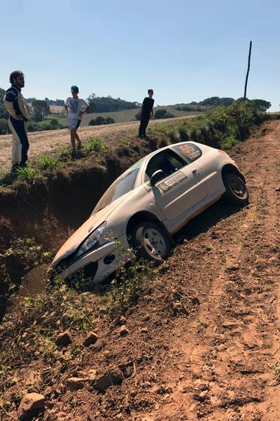 O Peugeot 206 de Victor Corrêa ficou preso em uma grande valeta