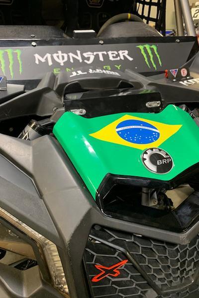 Capô do UTV Can-Am Maverick X3 com a bandeira brasileira