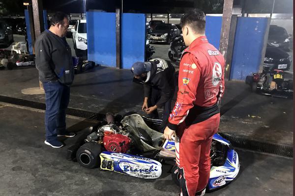 Alberto Otazú se preparando para mais uma corrida de F-4