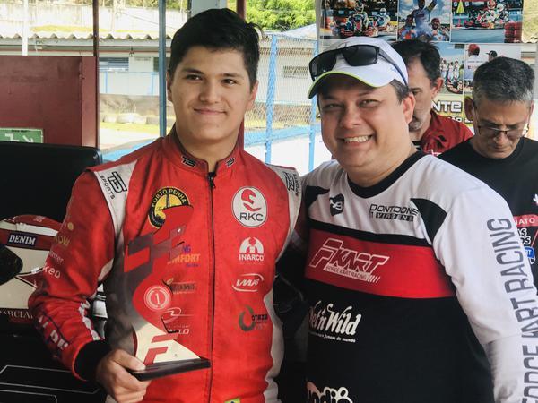 Alberto Otazú recebe troféu de vitória do organizador Marcos Takuma