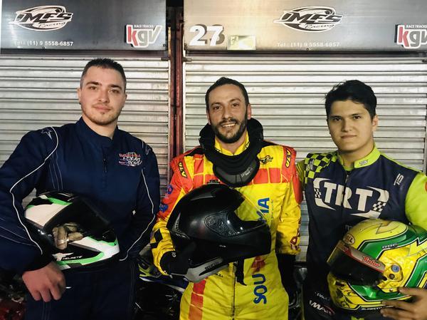 Bruno Biondo (E), André Relvas (C), vencedor, e Alberto Otazú (D), segundo