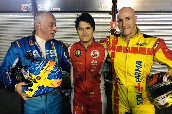 O vencedor Alberto Otazú, ladeado por Giovani Bondança (D) e Carlos Santana (D)
