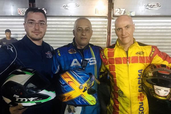 O vencedor Carlos Santana, ladeado por Giovani Bondança (D) e Bruno Biondo (E)