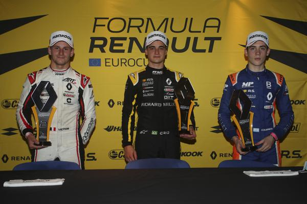 Caio Collet (no centro da foto): vitória na etapa de Monza