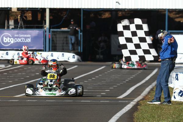 Enzo Bedani é o campeão na OK Jr