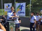 Prefeito Luiz Fernando Machado com criança do projeto (Divulgação)