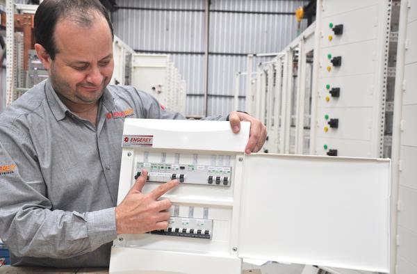 Engenheiro Eletricista Fábio Amaral mostra DR em quadro elétrico