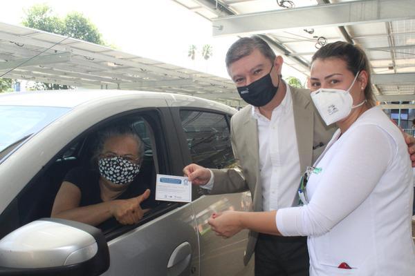 Presidente da AMRIGS, Gerson Junqueira Jr, em ação de vacinação n