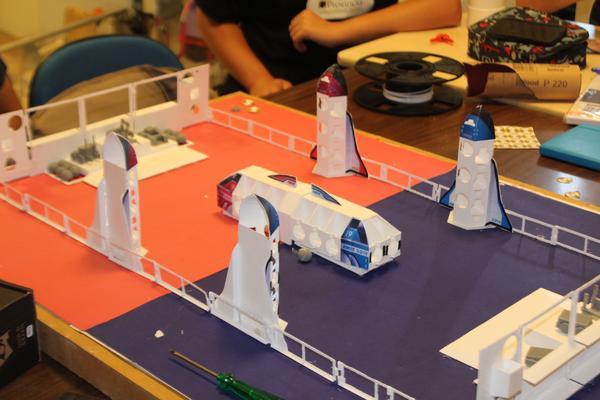A maquete, que simula o campo de jogo, foi produzida em impressoras 3D