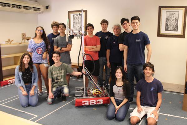 Alunos do Província posam ao lado do Brazilian Buddy XX, robô da edição 2019