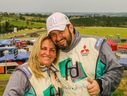 Além de competir, o casal Fontoura e Sandra comanda a maior equipe do grid