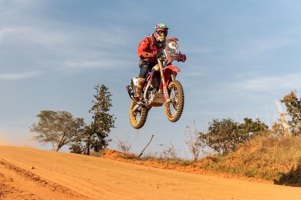 O piloto mineiro venceu as 2a e 3a etapas nas motos (Victor Eleutério/Fotop)