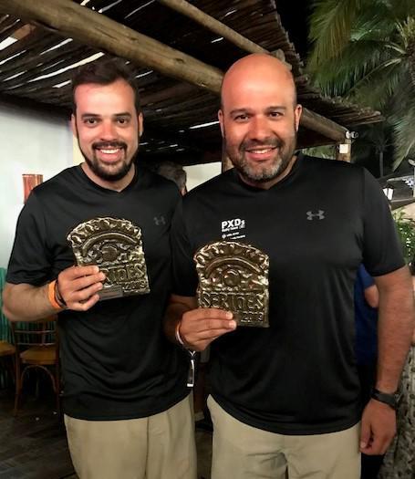 Lélio Júnior (direita) e Weberth na festa de premiação, no domingo à noite