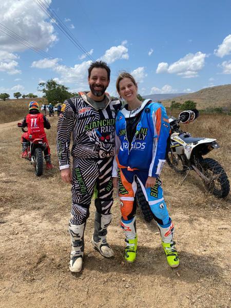 Casal gaúcho, Marcos e Jennifer Colvero, compete nas motos (Divulgação)