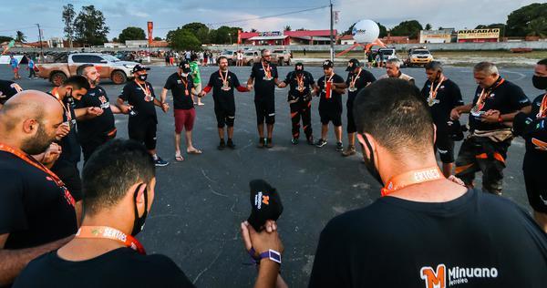 Equipe reunida, em oração, antes da largada para a último dia do rali (Cadu Rolim/Shez)