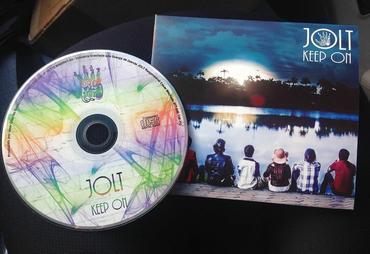 """""""Keep On""""  traz músicas autorais, com letras fortes e contagiantes"""