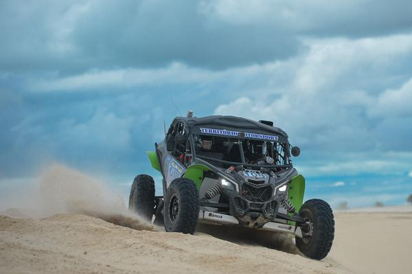 Dupla da Território Motorsport nos trechos das dunas nesta quinta-feira (Fabio Davini/DFotos)