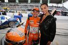 A atriz Debora Rodrigues foi presença nos boxes da Hot Car Competições (Foto: Vanderley Soares)