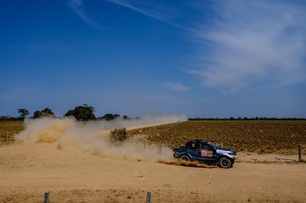Dupla destacou a quantidade de poeira espessa no trajeto (Fotop)