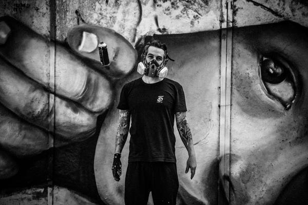 O artista plástico Henrique EDMX Montanari (Ivan Shupikov)