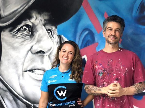 Babi Rodrigues, chefe da Hot Car New Generation, ao lado do artista plástico (Cleber Bernuci/P1 Media Relations)
