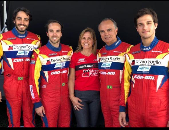 Clã reunido: Rodrigo, Gabriel, o casal Nani e Reinaldo, e Bruno Varela