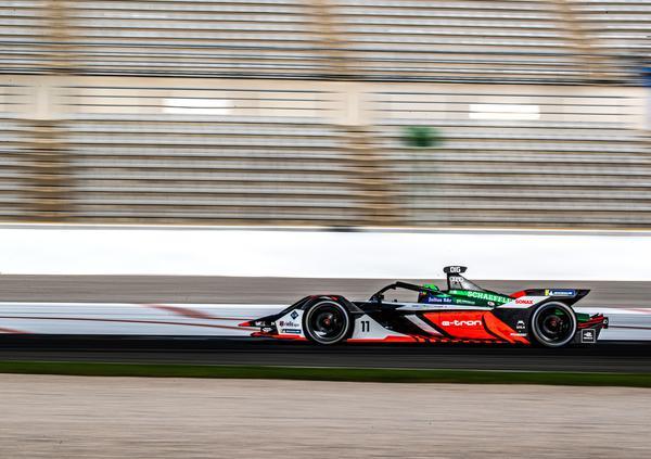 O brasileiro pilota o carro da Audi durante os testes coletivos na Espanha