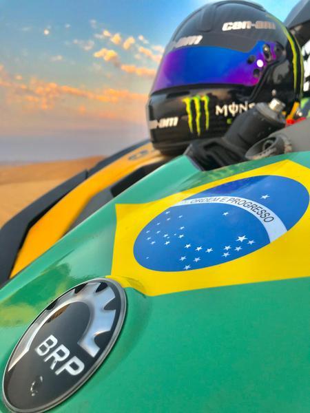 Detalhe do capô do carro dos brasileiros: na briga pelo bicampeonato