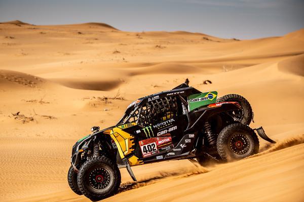 O UTV dos brasileiros cruza o deserto entre Riyadh (Riad) e Wadi Al-Dawasir