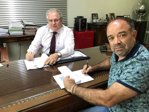 Edson Massaro e Orlei Silva assinaram nesta quinta-feira o contrato que mantém a