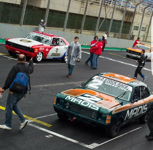 Rodrigo e Pedro na primeira fila do grid da Old Stock Race em 2018
