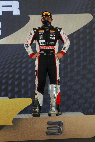 Bruno Baptista no pódio da segunda prova da segunda etapa, em Interlagos (Wanderlei Soares / Hyset)