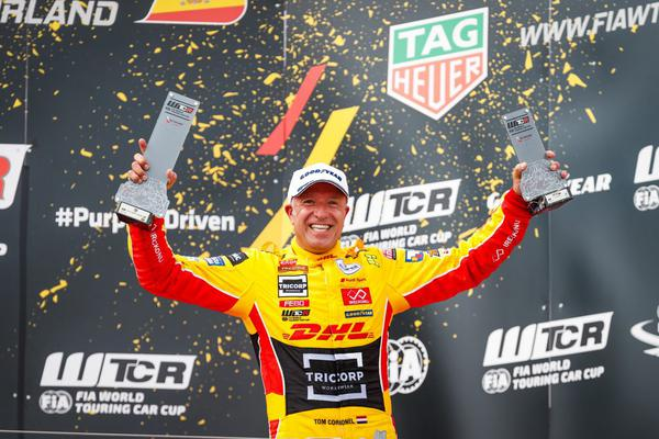 Tom Coronel no pódio da 1ª  etapa do FIA WTCR, em Motorland Aragón, na Espanha (Divulgação)