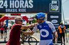 Fundador da Brasil Ride, Mario Roma parabeniza ciclista (Ney Evangelista / Brasil Ride)