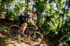Ciclista em descida técnica do evento (Ney Evangelista / Brasil Ride)
