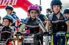 A pequena Maria, animada com suas medalhas (Ney Evangelista / Brasil Ride)