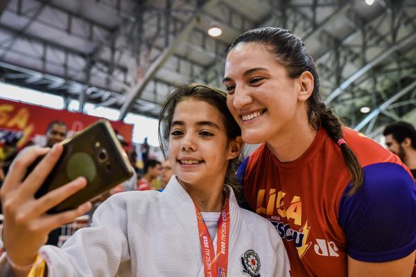 Mayra faz selfie com fã na Liga NESCAU