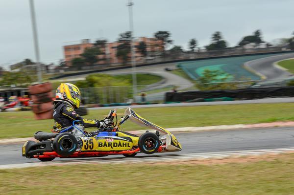 Aizza pilotando com o S do Senna ao fundo