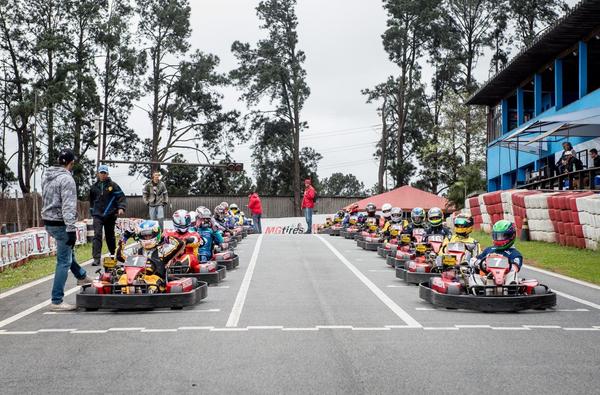 Bia Figueiredo (kart #1) no grid de largada