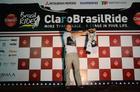 Kristian Hynek homenageia Robert em 2010 após acidente (Alexandre Cappi / Brasil Ride)