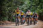 Tiago e Henrique puxando o pelotão na subida (Marcelo Rypl / Brasil Ride)
