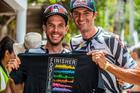 Hans Becking e Tiago Ferreira com a camiseta de finisher (Ney Evangelista / Brasil Ride)