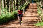 Ciclistas pedalam por estradão de terra (Ney Evangelista / Brasil Ride)