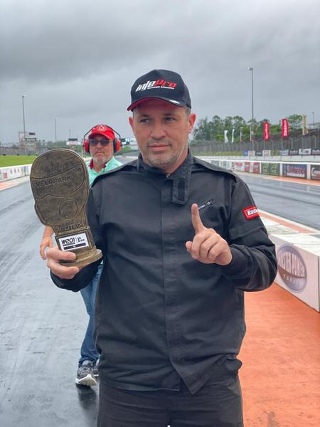 Dalmo Abreu exibe troféu em Velopark