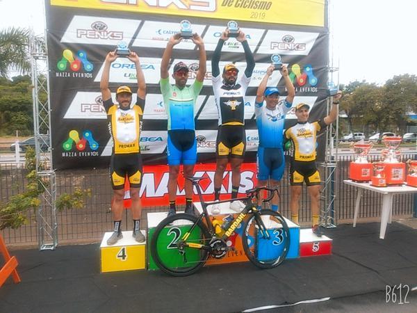 Promax Bardahl com três ciclistas no pódio
