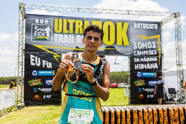 Silvanio exibe medalha em 2017